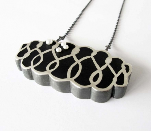 Cleavage black necklace with pearl
