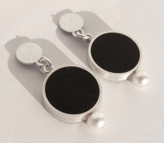 Baroque black earring with pearls