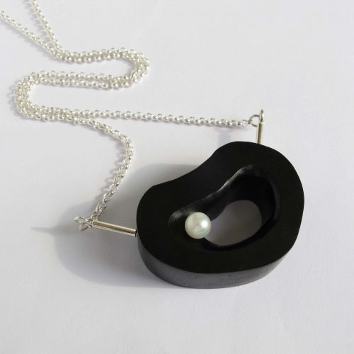 Ebony necklace with Pearl