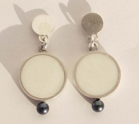 Baroque white earring with pearls