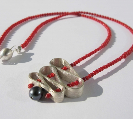 Baroque necklace with Black Pearl and Coral