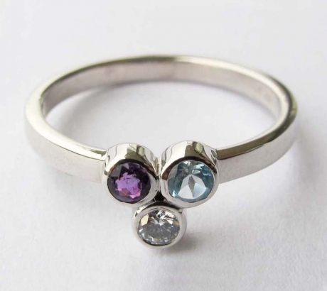 Ring with 3 gemstones